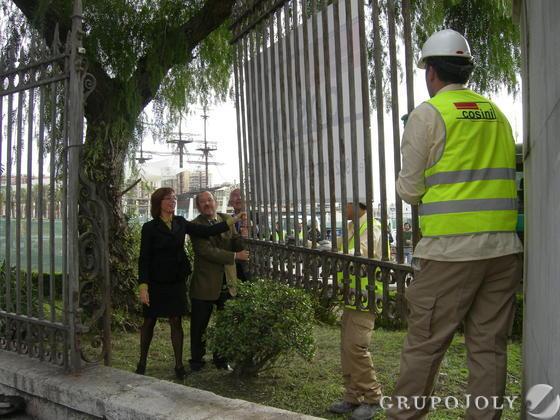 Retirada de la verja que da acceso a la nueva terminal de cruceros del puerto de Málaga