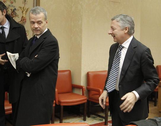 Antonio Camacho observa la llegada de José Blanco a la reunión que ha mantenido esta mañana el Grupo Socialista en el Congreso de los Diputados.  Foto: EFE