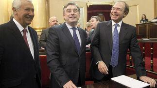 Pío García Escudero, presidente de la Cámara Alta, bromea junto al portavoz popular, José Manuel Barreiro, y a Javier Arenas, líder del PP en Andalucía, antes de la sesión constitutiva del Senado.   Foto: EFE