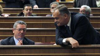 Los diputados populares Esteban González Pons y Alberto Ruíz Gallardón.  Foto: EFE
