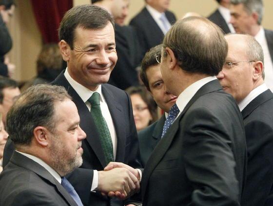 Pío García Escudero saluda al secretario general del PSM, Tomás Gómez.  Foto: EFE