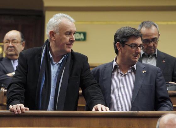 El coordinador general de IU, Cayo Lara, y el diputado de la formación José Luis Centella durante la sesión de constitución del Congreso.  Foto: EFE
