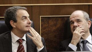 José Luis Rodríguez Zapatero y Manuel Chaves observan cómo los diputados ocupan sus respectivos escaños antes de iniciarse la sesión constitutiva del Congreso.  Foto: EFE