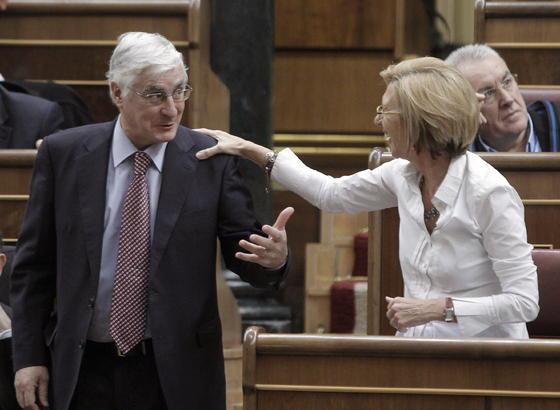 La lider de UPyD Rosa Díez saluda al diputado socialista José María Barreda.  Foto: EFE