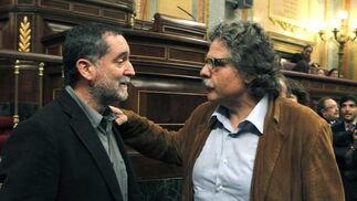 El diputado de ERC Joan Tardá conversa con el diputado de Amaiur poco antes de la sesión.  Foto: EFE
