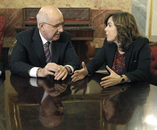Soraya Sáenz de Santamaría, del PP, y Josep Andoni Duran i Lleida, de CiU, durante el encuentro que mantuvieron en la Cámara Baja para acordar entre ambas formaciones la composición de las Mesas del Congreso y el Senado.  Foto: EFE