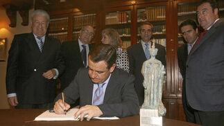 Loaiza firmó en el libro de honor del Casino Gaditano  Foto: Joaquin Pino
