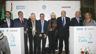 José Loaiza, en el centro, junto a la alcaldesa Teófila Martínez y Mercedes Colombo, con representantes de Cajasol, Casino Gaditano y Diario de Cádiz  Foto: Joaquin Pino