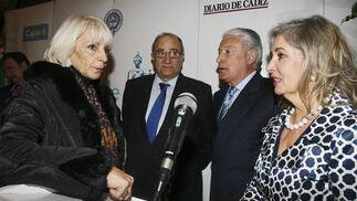 La alcaldesa de Cádiz, Teófila Martínez, Guillermo Sierra y María Gómez, de Cajasol, y Miguel Nuche, del Casino  Foto: Joaquin Pino