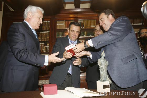 El presidente provincial recibió una edición facsímil de la Constitución  Foto: Joaquin Pino
