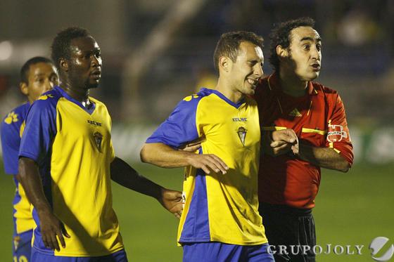 Iturralde acompaña a Ferreiro a la banda tras la lesión del gallego.  Foto: Joaquin Pino