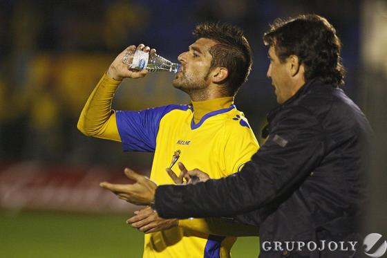 Jose charla con Baquero mientras el central bebe agua.   Foto: Joaquin Pino