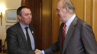 El rey saluda a Joan Baldví, diputado de Roda Bloc-Iniciativa-Verds-Equo-Coalició Compromís  Foto: EFE
