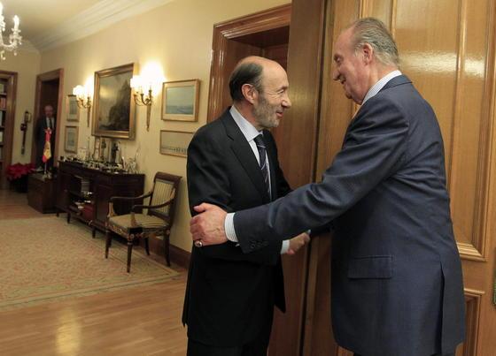 El rey Juan Carlos recibe al presidente del grupo socialista, Alfredo Pérez Rubalcaba  Foto: EFE