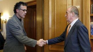 El rey Juan Carlos saluda al diputado de Amaiur Xabier Mikel Errekondo  Foto: EFE