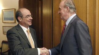 El rey Juan Carlos saluda al diputado de BNG Francisco Jorquera  Foto: EFE