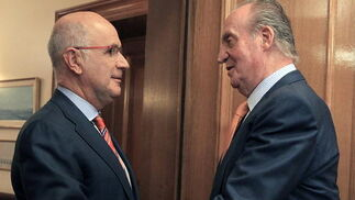 El rey Juan Carlos saluda al portavoz de CIU, Josep Antoni Duran Lleida  Foto: EFE