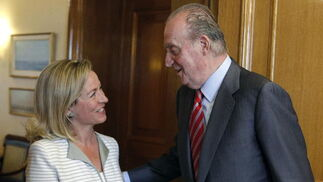 El rey Juan Carlos saluda a la diputada de Coalición Canaria Ana María Oramas  Foto: EFE