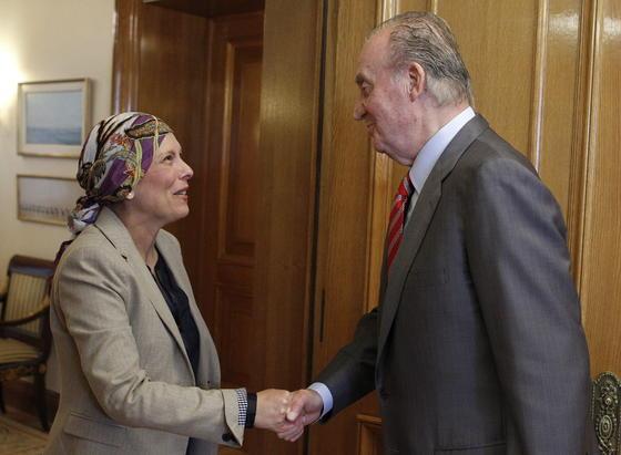 El rey Juan Carlos saluda a la diputada de Geroa Bai, Uxue Barkos  Foto: EFE