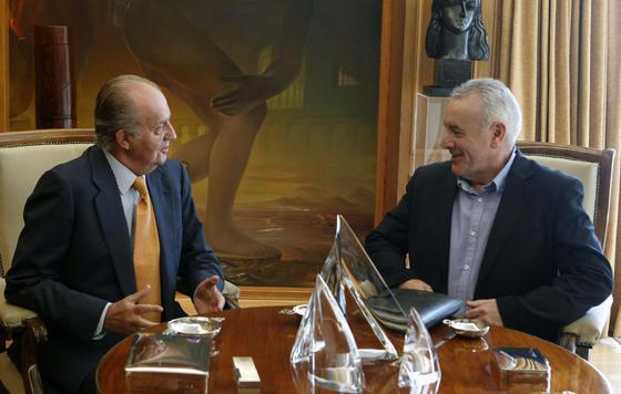El rey y Cayo Lara, conversando en el Palacio de la Zarzuela  Foto: EFE