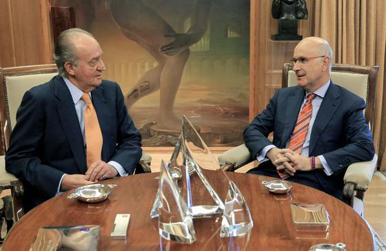 El rey y Duran, durante su turno de consultas para la investidura del presidente del Gobierno  Foto: EFE