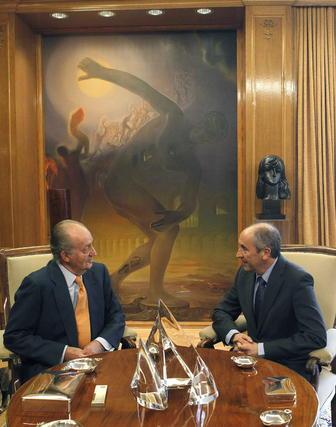 El rey y Erkoreka conversan en su turno de consultas  Foto: EFE