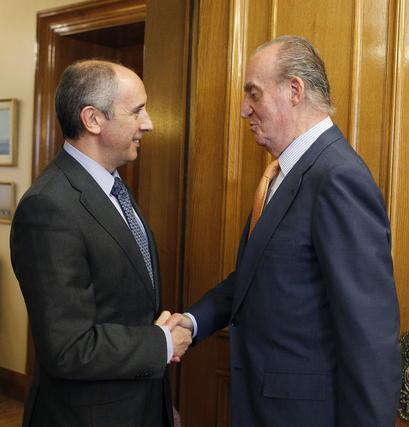 El rey Juan Carlos saluda al diputado de PNV Josu Erkoreka  Foto: EFE