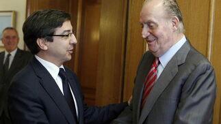 El rey Juan Carlos recibe al diputado de UPN, Carlos Salvador  Foto: EFE