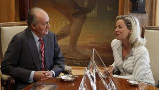 El rey y Ana María Oramas conversan durante el turno de Coalición Canaria   Foto: EFE