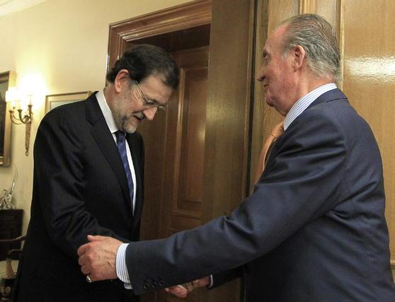 El rey Juan Carlos saluda al presidente del Partido Popular, Mariano Rajoy  Foto: EFE
