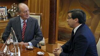 El rey conversa con Carlos Casimiro Salvador  Foto: EFE