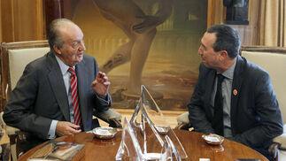El rey conversa con el diputado de Roda Bloc-Iniciativa-Verds-Equo-Coalició Compromís  Foto: EFE