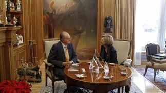 El rey conversa con Rosa Díez en el Palacio de la Zarzuela  Foto: EFE