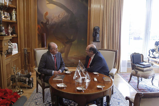 El rey charla con Enrique Álvarez  Foto: EFE