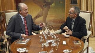 El rey conversa con Coscubiela  Foto: EFE