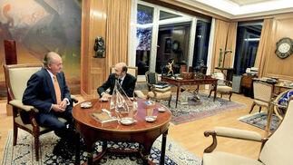 El rey conversa con Rubalcaba  Foto: EFE