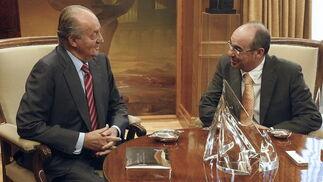 El rey conversa con el diputado de BNG  Foto: EFE