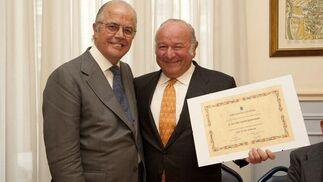 Manuel Fernández García-Figueras entrega el diploma de socio de honor al homenajeado.  Foto: Alberto Morales
