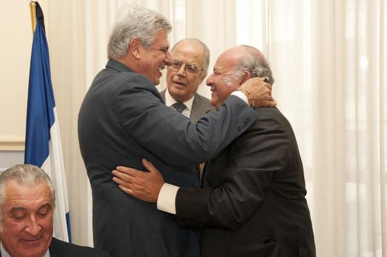 Manuel Guerrero Pemán y Álvaro Domecq se abrazan tras la presentación brindada por el primero.  Foto: Alberto Morales