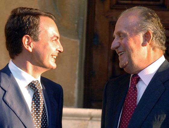 9 de agosto de 2004: Distendida charla entre Zapatero y el Rey en el Palacio de Marivent.  Foto: EFE