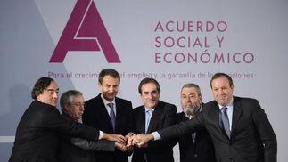 2 de febrero de 2011: Gobierno, empresarios y sindicatos escenifican el acuerdo social y económico.  Foto: AFP