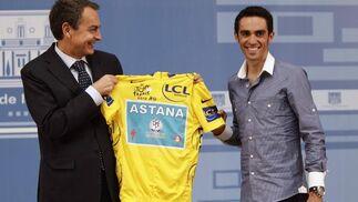 26 de julio de 2010: Zapatero recibe a Contador tras ganar el Tour de Francia.  Foto: EFE
