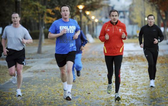12 de noviembre de 2010: Zapatero corre junto a David Cameron, primer ministro de Reino Unido.  Foto: EFE