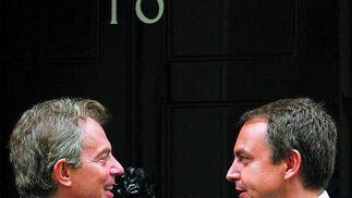 27 de julio de 2005: Zapatero y Tony Blair, primer ministro de Reino Unido, charlan ante la puerta del número 10 de Downing Street, en Londres.  Foto: AFP