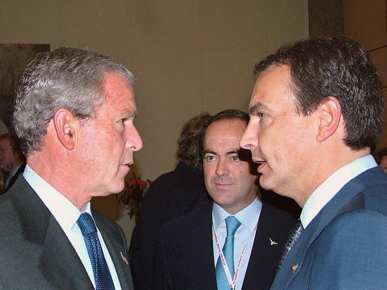 28 de junio de 2004: Tensa charla de Zapatero con el por entonces presidente de EEUU, George W. Bush, en presencia de José Bono.  Foto: AFP
