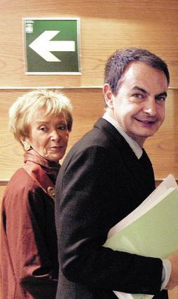 17 de diciembre de 2008: Zapatero junto a la vicepresidenta Fernández de la Vega, una de las figuras clave durante gran parte de sus ocho años de Gobierno.  Foto: AFP