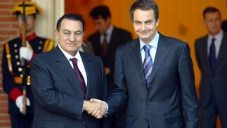 24 de noviembre de 2004: Zapatero dando la mano al presidente egipcio, Hosni Mubarak.   Foto: AFP