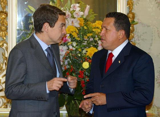 22 de noviembre de 2004: Zapatero junto a Hugo Chávez, presidente de Venezuela.  Foto: EFE