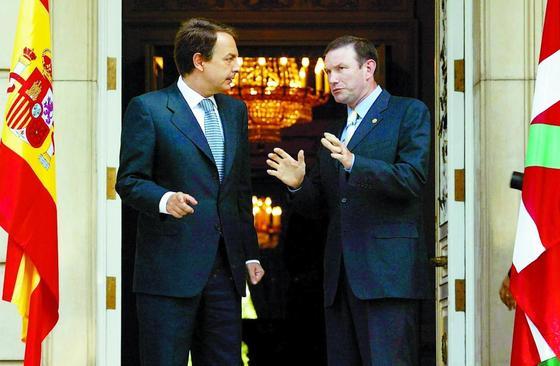 26 de julio de 2004: Zapatero recibe a Ibarretxe, presidente del País Vasco aquel año.  Foto: AFP