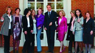 15 de abril de 2008: Zapatero junto a las ministras que formaron parte de su Gobierno en el princicipio de su segunda Legislatura al frente de La Moncloa. De izquierda a derecha: Garmendia, Álvarez, Cabrera, Chacón,De la Vega, Zapatero , Salgado, Espinosa, Aido, Corredor y Espinosaposan en las escalinatas de Moncloa.  Foto: EFE